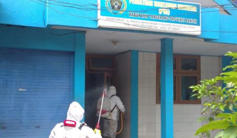 PMI Semprot Disinfektan Sekretariat PWI Kabupaten Tangerang