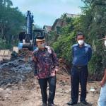 Jalan rusak di Perumahan Taman Royal, Cipondoh, Kota Tangerang akhirnya mulai diperbaiki oleh pengembang perumahan tersebut.